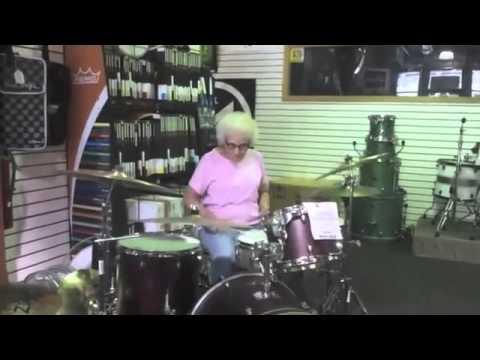 Oma hat's noch drauf am Schlagzeug