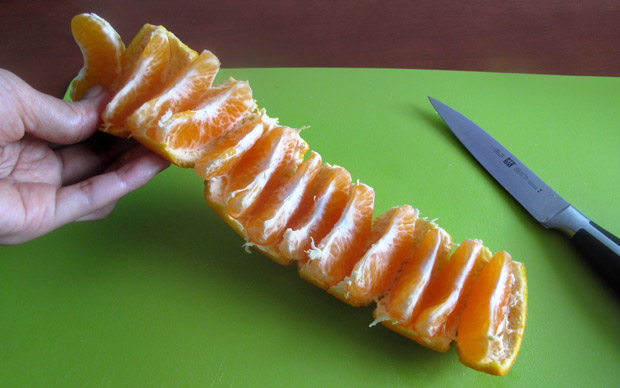 Easy-way-to-eat-mandarin-oranges-without