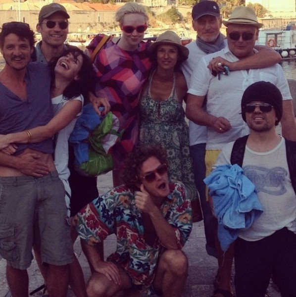 small_the_cast_of_game_of_thrones_at_the_beach