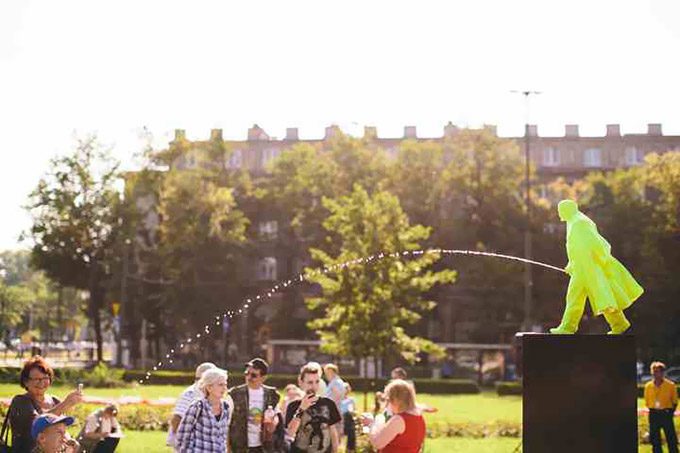 Pissing-Lenin-Statue-Erected-In-Poland