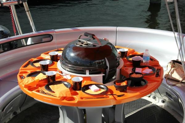 Sommer-Reise-planen-Boot-Grill-Gerät-Tisch-Essen-Tassenhalter