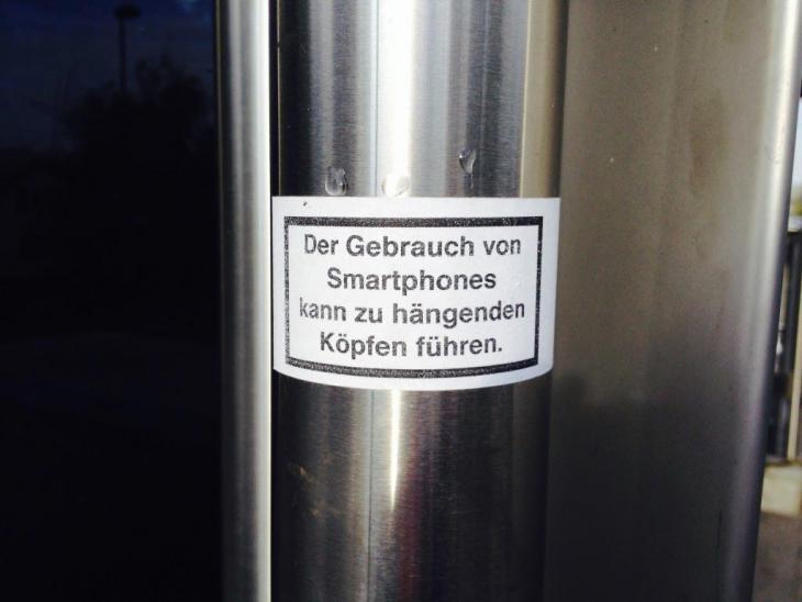 der-gebrauch-von-smartphones-kann-zu-haengenden-koepfen-fuehren