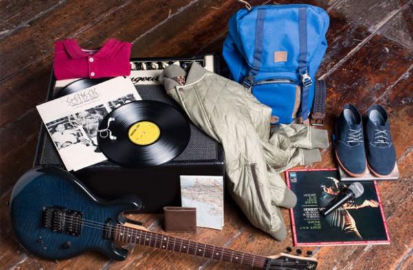 Mit Notebook, Gitarre und Amp, Notizblock, Handy und dem passenden Outfit geht es für Rapper Chima auf die Reise nach St. Peter-Ording.