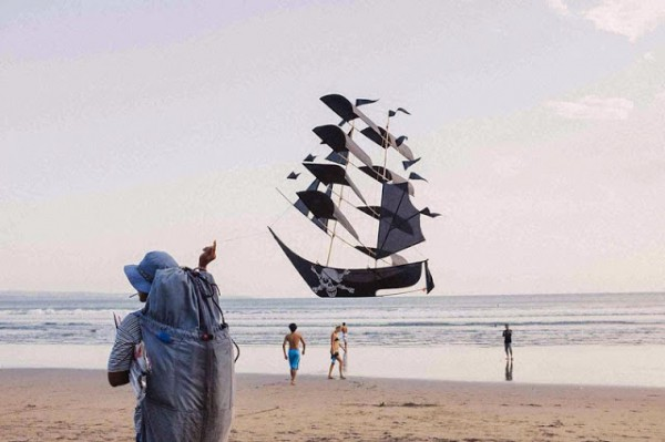 perfectly-timed-pirate-ship-kite