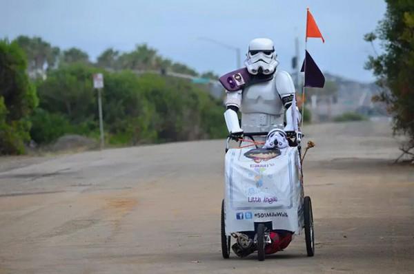 stormtrooper-walks-to-comic-con-1