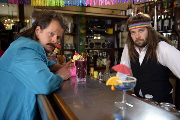 MANN (Mirko Lang) und der Barmann (Christian Ulmen) wünschen sich zurück in die 80er Jahre. © Bayerischer Rundfunk / Katja Renner