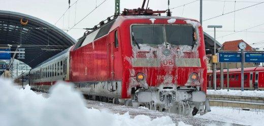 Eis und Schnee haengen am Montag (20.12.10) am Hauptbahnhof in Halle am Triebwagen eines IC-Zuges. Schnee und Eis behindern in weiten Teilen Sachsen-Anhalts den Verkehr. In der Nacht zum Montag fiel im Sueden und im Osten des Landes Regen, am Morgen waren die Temperaturen nach dem zwischenzeitlichen Anstieg wieder weit unter Null Grad gefallen. Am Bahnhof in Halle mussten sich Reisende in Geduld ueben. (zu dapd-Text) Foto: Eckehard Schulz/dapd