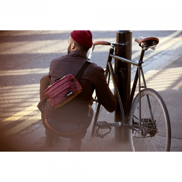 BOLD_Eastpak_SS16_Eastfiftytwo_Dallas_EastMerlot_RGB_Blowup