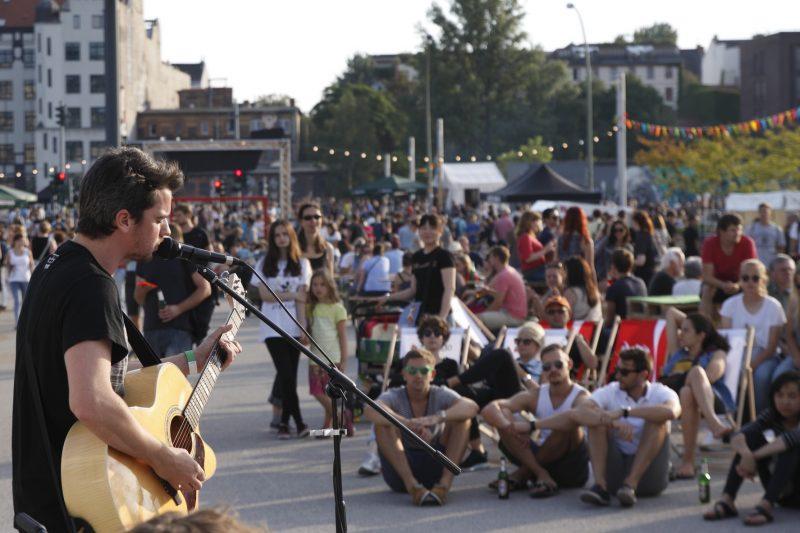 Straßenmusikfestival der East Side Music Days, an der East Side Gallery und dem Mercedes-Benz Arena Bootsanleger / Spreebar an derMercedes-Benz Arena Berlin am Abend des 28. August 2015.